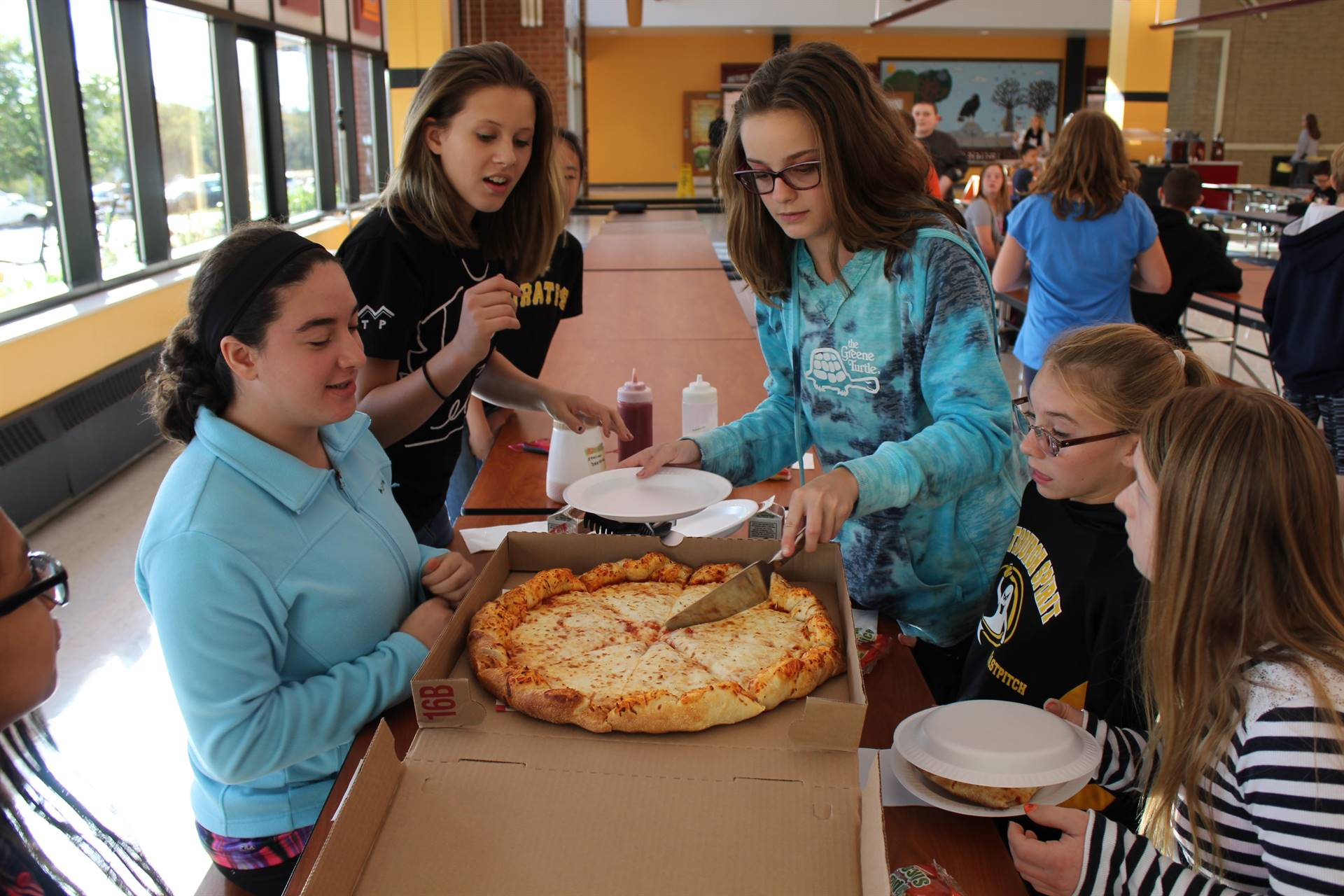Students serve the pizza