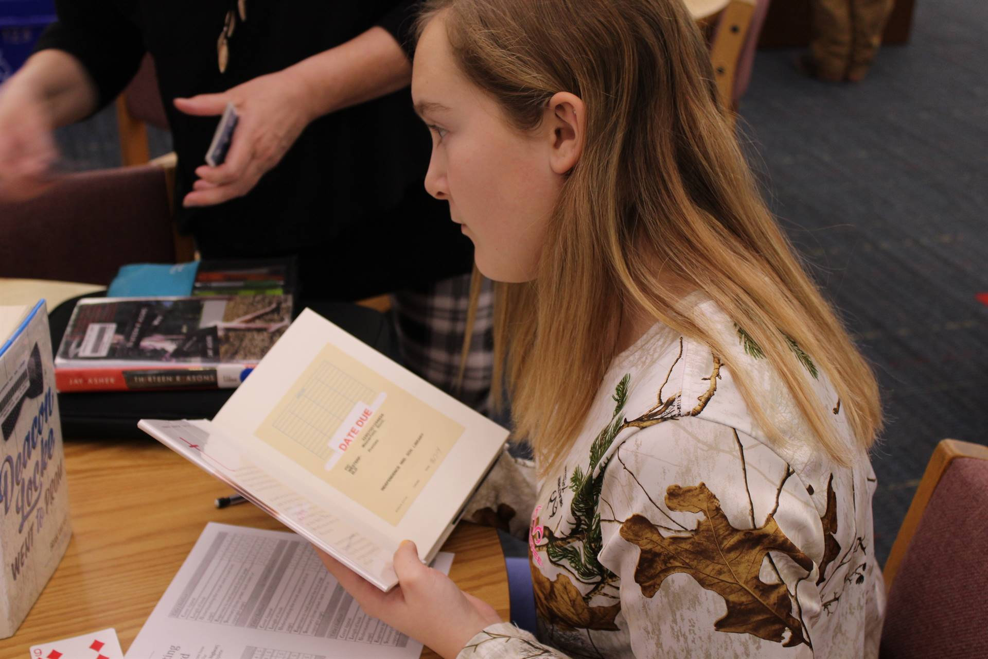 Students rate the synopsis at the Book Tasting