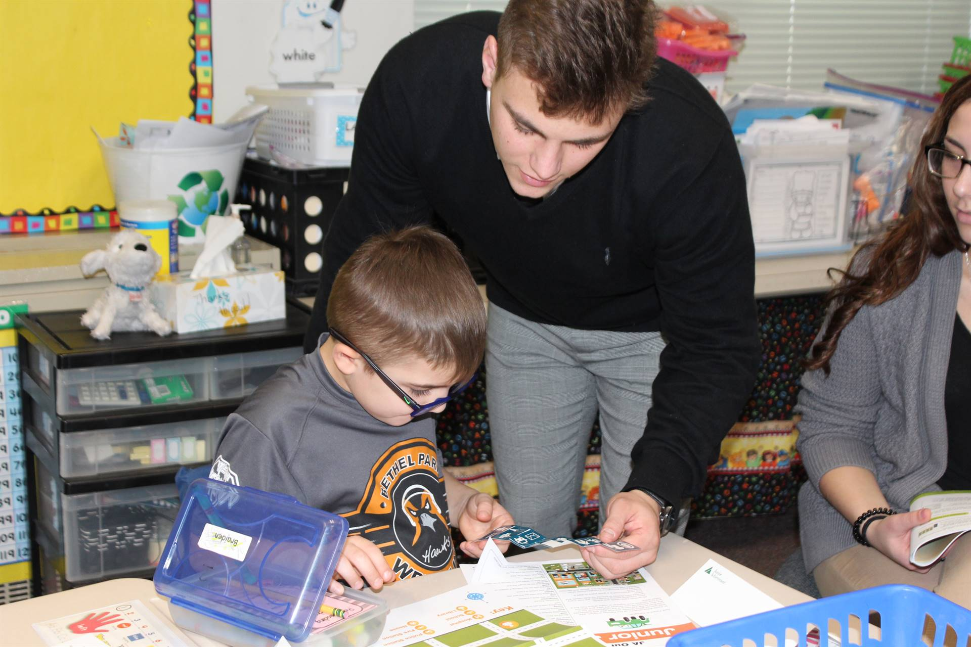High school student helping a Penn student