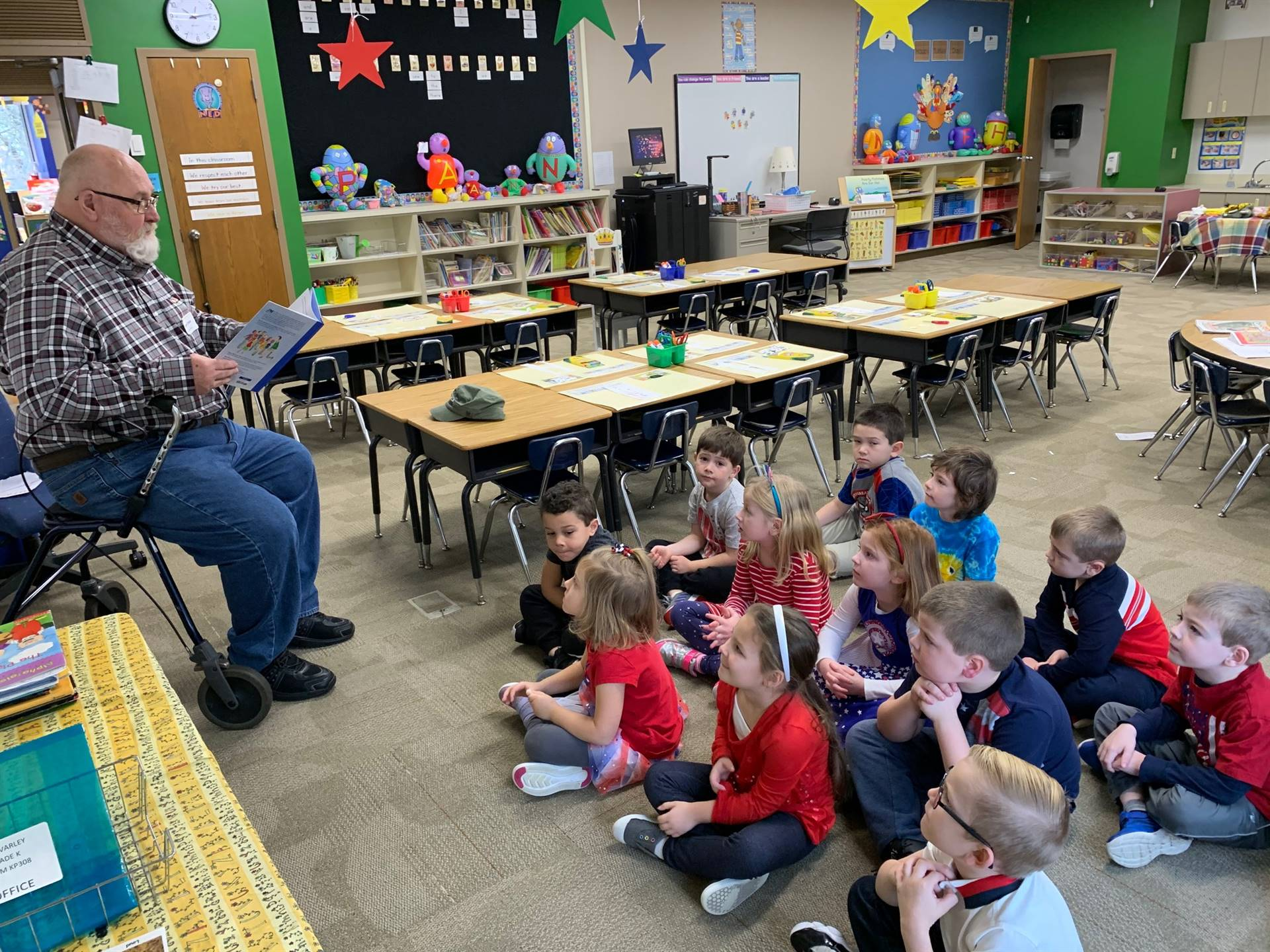 Veteran reading to students